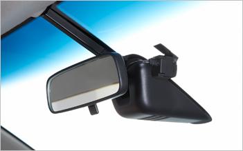 目立たず、すっきりした前方視界を確保できる小型のカメラ部。